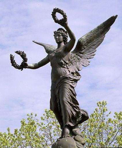 Monument aux morts à Saint-Pierre-d'Oléron (Charente-Maritime). Victoire ailée tenant une couronne dans chaque main.  © Région Poitou-Charentes, inventaire du patrimoine culturel / M. Deneyer, 1993.
