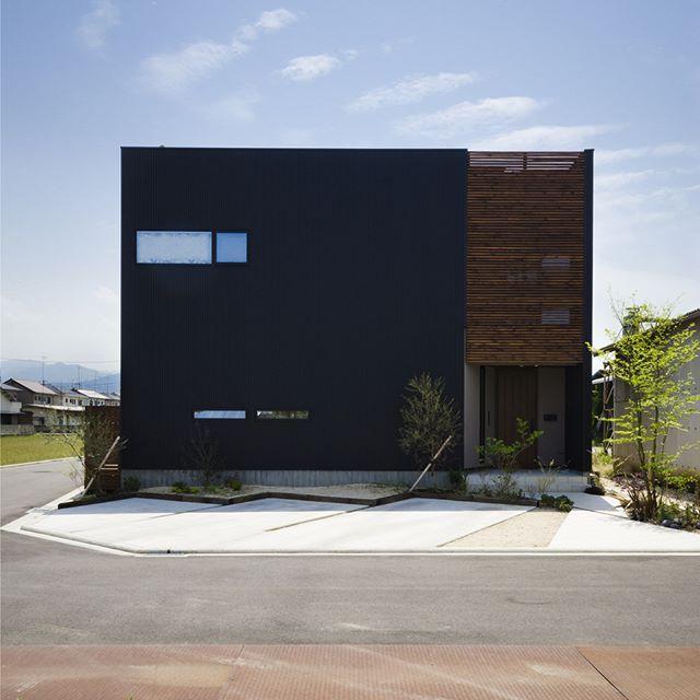 コラボハウス一級建築士事務所さんはinstagramを利用しています 2018年の総集編 1年間で いいね が多かった人気投稿をご紹介 黒のガルバリウムと白の塗り壁 モルタルのアプロー House Designs Exterior Exterior Design Architecture House