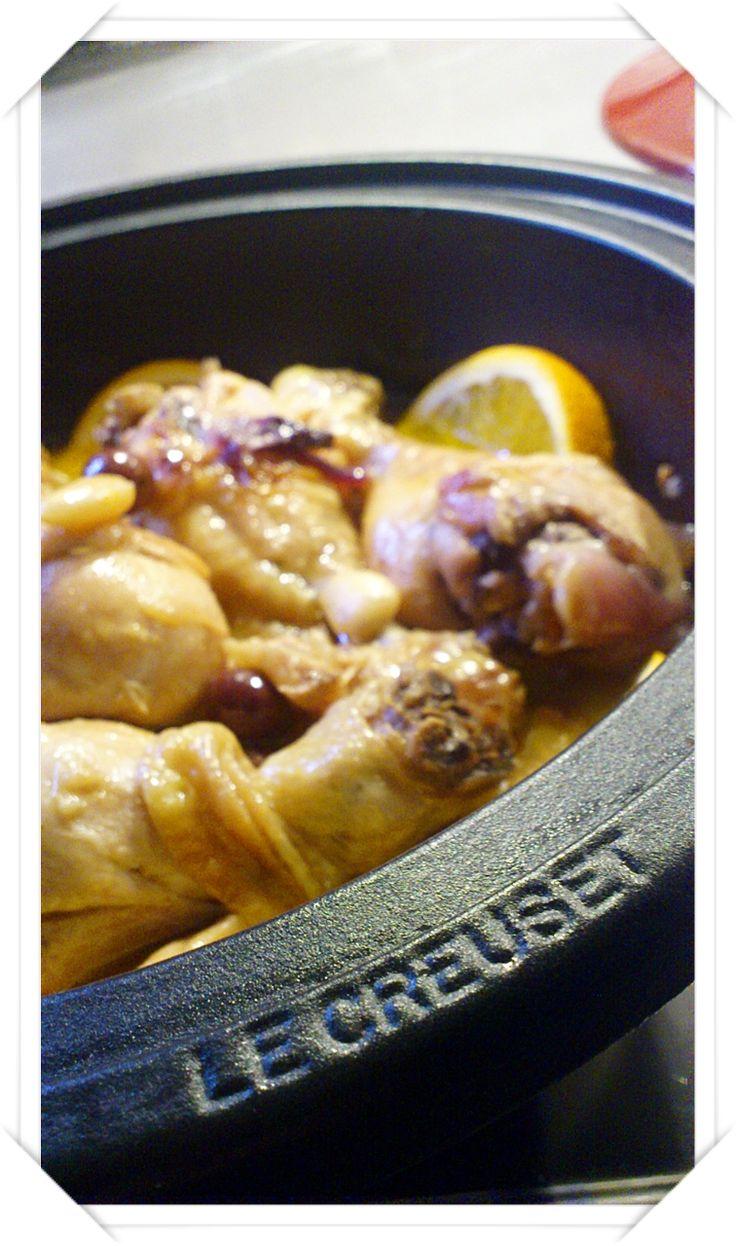 Tajine di pollo all'arancia&cannella con cipolle caramellate, mandorle ed olive.