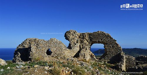 Castello di Quirra - (CA) La figura mitica nella storia del Castello è Donna Violante Carroz. Descritta come donna avida e assassina, pare sia morta precipitando dal dirupo più alto del Castello. La #leggenda del #Castello e della Dama di #Quirra http://www.blogsardegna.com/la-leggenda-della-dama-di-quirra/