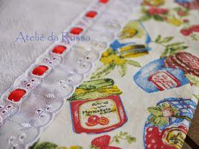 Pano de prato decorado com tecido com estampa de potes de geleia e bordado inglês  Кухонное полотенце, декорированное тканью с узором из ба...