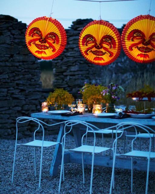 Kräftskiva med traditionell dukning med månar.