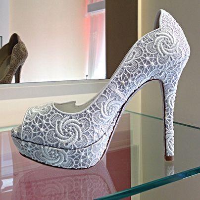 Graziano Cuccu'nun yaratıcılık stilini yansıtan topuklar; farklı yükseklikleri, her zaman şık ve sonsuz kıvrımları, kalın ve ince seçenekleriyle Loriblu ayakkabılarımıza özgün çeşitlilikler sunuyor.