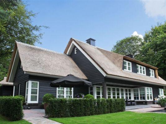 Villa met rieten dak, Hilversum, Noord-Holland.