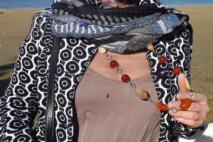 Elegante collana con sfere e barilotti di Corniola, ovali piatti di Agata grigia, Agata Botswana di forma irregolare, inserti in argento martellato, con finiture in Argento placcato Rodio. Da indossare in tutte le occasioni in cui vuoi sentirti unica.