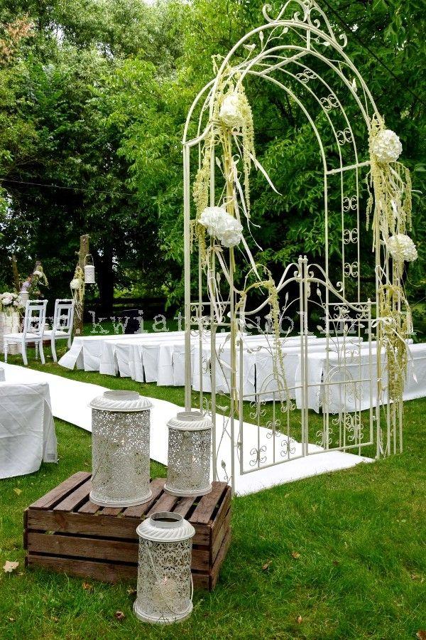 Ślub plenerowy w sadzie - biały dywan, brama i lampiony