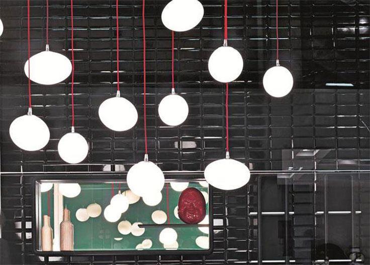 Lampada Ovale 535 Falper. Lampada realizzata in vetro con attacco a soffito mediante un cavo rosso (disponibile anche cromo). Disponibile anche nei modelli con attacco a parete, con steli rigidi, da terra e nella versione dotata di diffusore con copertura in tessuto con bottoni.