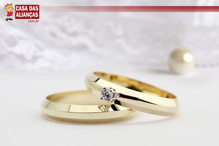 Você sabe o que é uma aliança chanfrada? Esse tipo de joia costuma apresentar detalhes nas laterais, ando um corte diferente ao anel. Na opção abaixo, você confere uma aliança de noivado ou casamento chanfrada e com um solitário brilhante de sete pontos. Perfeita, não é mesmo? Compre a sua agora mesmo http://www.casadasaliancas.com.br/alianca-de-noivado-ou-casamento---as0958?Origem=Conexus# #joalheria #joiasdeluxo #aliancas #noivado #casamento #casadasaliancas