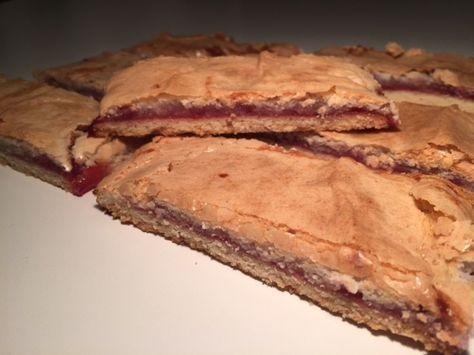 Mine yndlingskager fra min tid som bagerjomfru. Her bagt på en klassisk mørdejsbund, smurt med hindbærmarmelade og toppet med en masse lavet på mandelmel