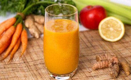 Hier finden Sie ein veganes Rezept für die Zubereitung von Frühstückssmoothie mit Kurkuma. Stangensellerie liefert Kalium, Ingwer wirkt entzündungshemmend.