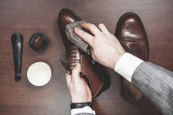 男らしさを強める人気シューズ、革靴(レザーシューズ)。そんな革靴を長持ちさせるために必要なシュークリームまでしっかりとこだわれていますか。今回は、巷で人気を集めている、おすすめ革靴クリームを9品ご紹介。お手入れ方法と共にしっかりと学んでいって。