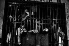 Encerrados è un lungo viaggio durato 10 anni in 74 carceri di tutti i paesi del Sudamerica. Un percorso nato dal desiderio di raccontare un continente attraverso il mondo dei detenuti. Le carceri sono un riflesso della società, uno specchio di quello che succede in un paese, dai piccoli drammi alle grandi crisi economiche e sociali. Sono stato nelle carceri dell'Ecuador, del Perù, della Bolivia, dell' Argentina, del Cile, dell'Uruguay, del Brasile, della Colombia e del Venezuela, entrando in…