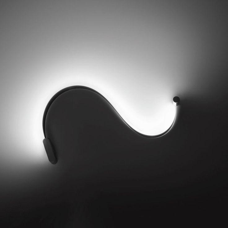 Cini e Nils FormaLa lampada da parete o soffitto;  Luta Bettonica designer. Struttura in acciaio e tecnopolimeri Finitura : nastro acciaio satinato/bianco o satinato/nero, operchi cromo satinato.