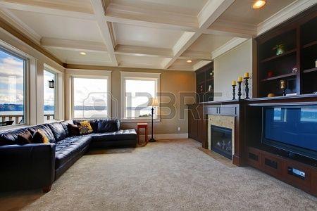 Grande salle de télévision d'une vie luxueuse wth, vue sur l'eau, et des étagères. Banque d'images - 14874108