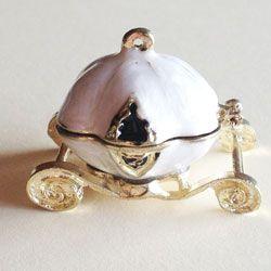 Princess carriage. Locket charm smaltato bianco. Il charm si apre e puoi custodire un segreto
