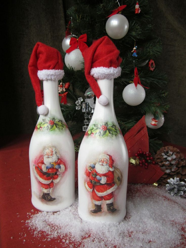 Декупаж шампанского с рисунками Деда Мороза Love wine bottles with pictures of Santa on them. The Santa hat on top is too cute!