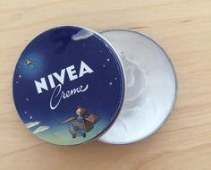 Ολοι μας έχουμε στο μπάνιο του σπιτιού μας το κλασικό μπλε κουτάκι της κρέμα της Nivea. Πολλοί δεν το έχουν μόνο στο μπάνιο τους αλλά το παίρνουν και μαζί τους στην τσάντα τους, καθώς αυτή