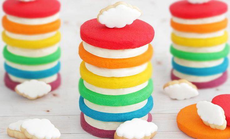 ¿Quieres comerte una tarta arcoiris como si fuera una galleta oreo? entonces tienes que probar la tarta de galletas arcoiris, hay mil maneras de saborearla. | https://lomejordelaweb.es
