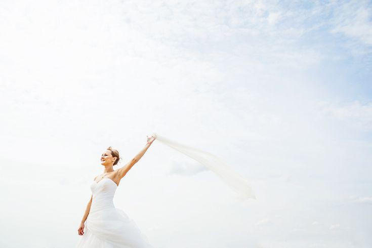 Ve větru vlající, novým zítřkům mávající :) www.mafoto.cz © Martin Holik #wedding #svatba #nevesta #bride