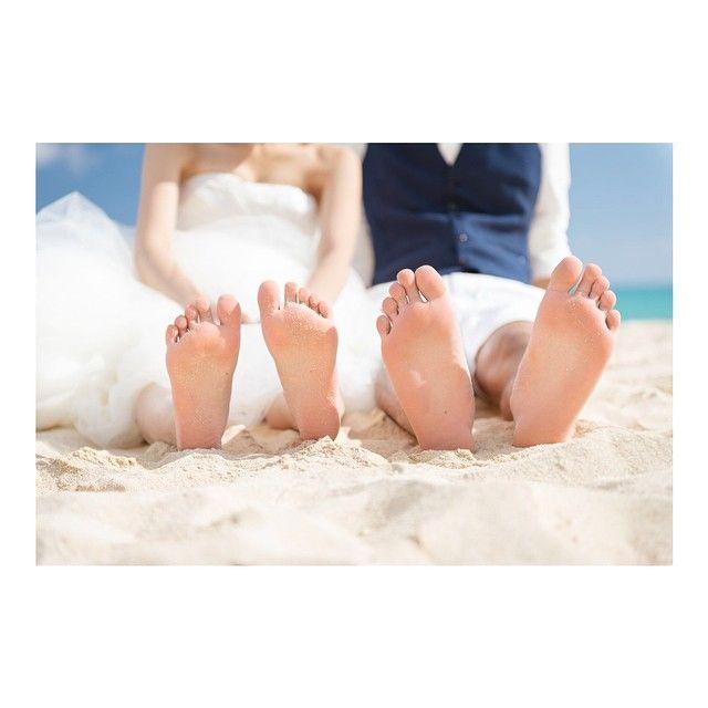 2015.02.26 * #weddingtbt ハワイ ビーチ編❤️ ビーチではウェディングドレスに裸足が好き✨ #yyuukowedding