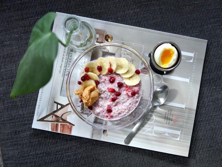 Chiapudding på mandelmjölk med hallon, toppad med banan, jordnötssmör och granatäpplekärnor.