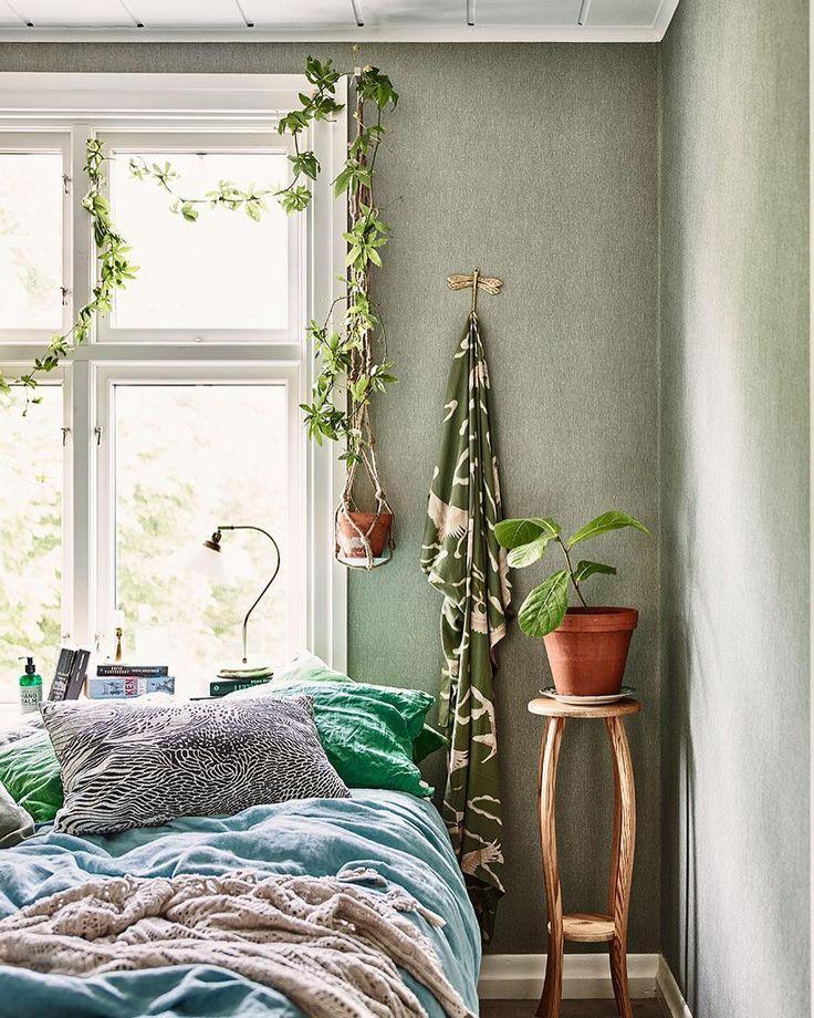 I dag drömmer vi extra mycket om våren och låter oss inspireras av vår bloggare @krickelin s gröna, sköna sovrum.  Du vet väl att ditt humör kan påverkas en hel del av vilka färger du valt att inreda ditt hem med? Gå in på elledecoration.se via länken i profilen ☝️ och läs allt om vad 7 olika populära färger kan göra för dig och ditt mående! Styling: @krickelin och foto: @andreapapiniphotographer #elledecorationse #colour #green #inredningsinspiration #hemmahos #interior