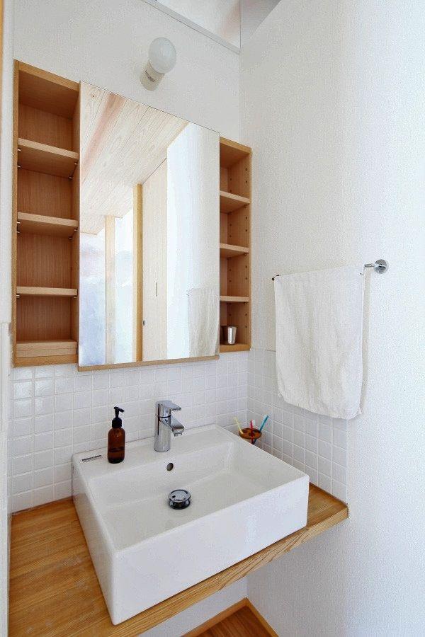 白いタイル貼りのナチュラルな洗面スペース(『AR-house』敷地段差を活かした2世帯住宅)- トイレ/バス事例|SUVACO(スバコ)