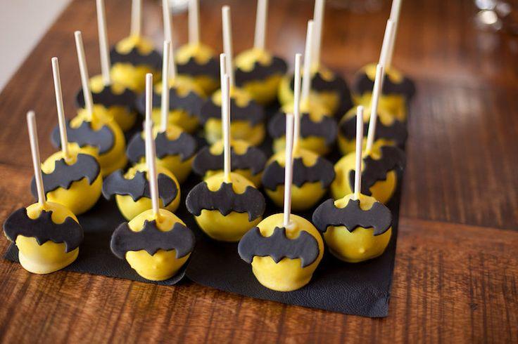 Geburtstag mit Superhelden Motto | mummyandmini.com  batman cakepops  Fotos: Nicole Schurr Fotografie Cupcakes: Cupcakeladen