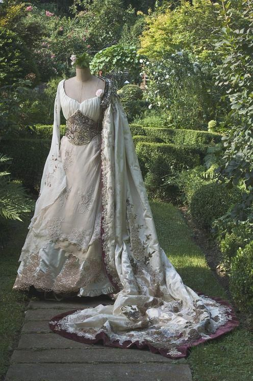 oh I love it. is this what Mrs. Munsters gown looked like befoer thye buried her? gorgeous!