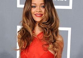 """15-Apr-2013 13:44 - RIHANNA NIET VOOR CHANEL. Helaas! Rihanna is niet het nieuwe gezicht van Chanel. Het modehuis ontkent dat de beauty voor een van zijn campagnes op de foto is gezet.  In januari plaatste de R een foto op Instagram, waarbij zij (althans zo leek het) Chanel juwelen droeg. Bij de foto schreef ze: """"And thats a #wrap on my shoot for my new #topsecret ad campaign!!! #2013."""" Omdat de het liefje van Chris Brown een fervent fan is van Chanel en vaak gespot wordt..."""
