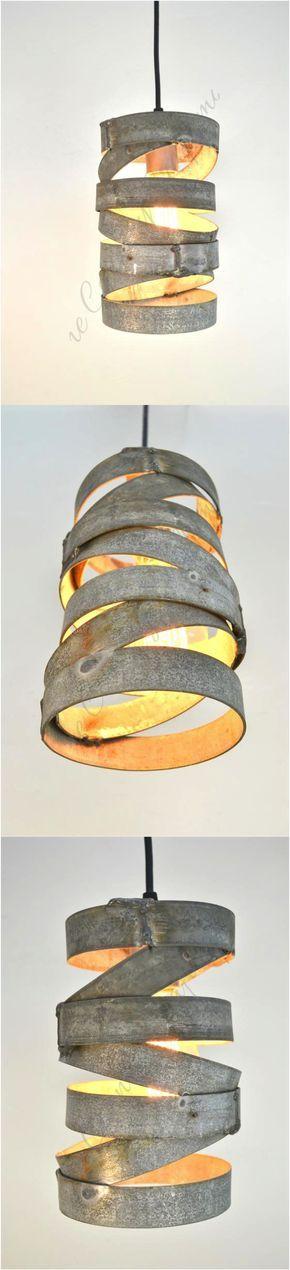 Tala par Vitali Dans un esprit d'écologie, les designers ont pensé une lampe recyclée faite à partir des barres de fer qui entourent les tonneaux de vin. Elles sont courbée et soudées entre elles.