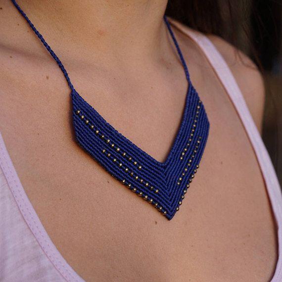 Collar de macrame ancho azul con granos de cobre amarillo