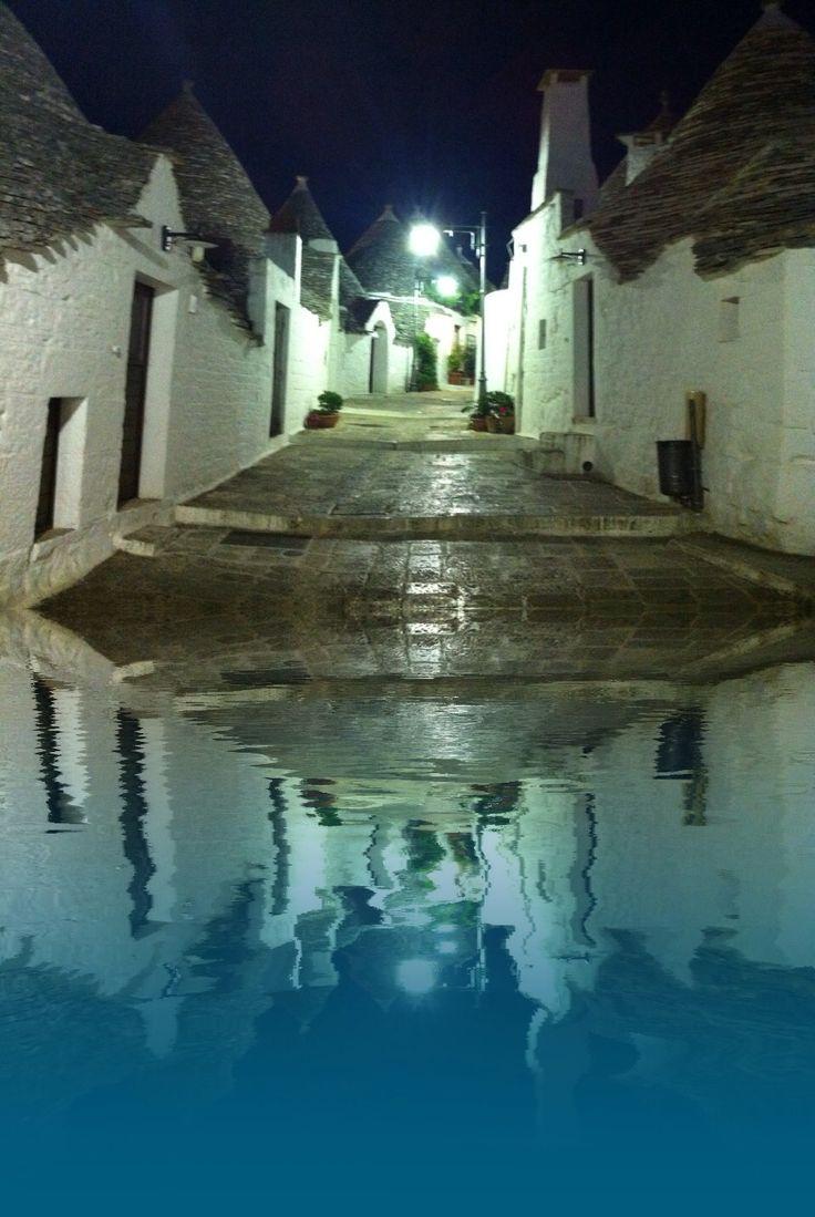 I trulli di Alberobello sotto la pioggia riflettono il cielo fatto di cupole di pietra che sovvertono la realtà e il peso www.trullinet.com/clienti/trulliforrent è il sito per tascorrere le vacanze in queste case storiche Patrimonio Umanità per Unesco dal 1996