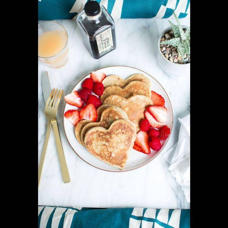 un petit d jeuner romantique en forme de coeur breakfast. Black Bedroom Furniture Sets. Home Design Ideas