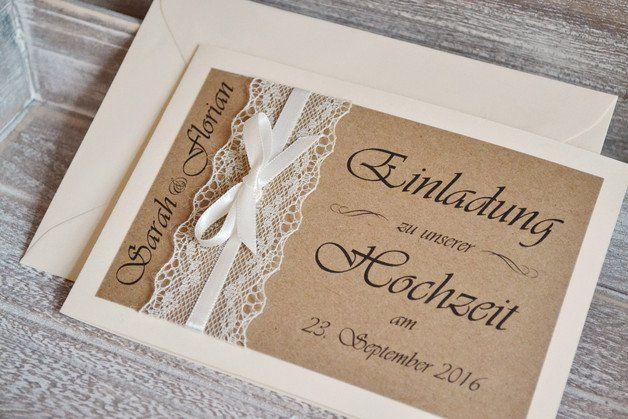 **Gestaltung:**  Liebevoll gestaltete Einladungskarten zur Hochzeit im angesagten Vintage Design mit Spitze & Schleifchen in creme. Das Deckblatt ist mit braunem Kraftpapier gestaltet. Die...