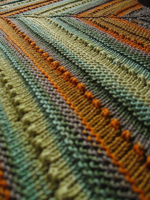 La La's simple shawl - free pattern. I like the look of the stitch pattern on this proste grubsze, kolorowe