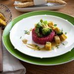 La quinoa in rosa con curry di tofu è un secondo vegetariano (e vegano) altamente coreografico. Tutto colore e sapore. Scopri la ricetta di Sale&Pepe.