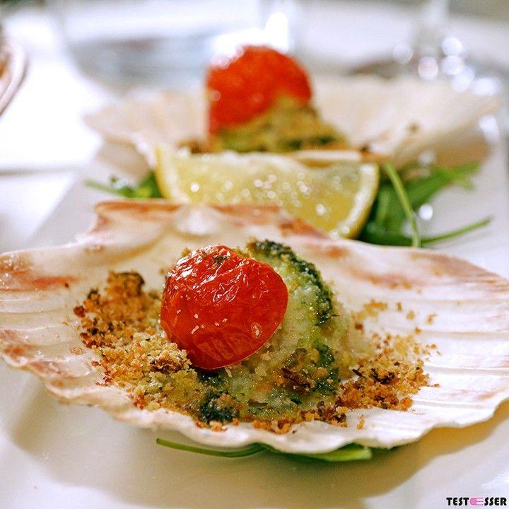 #gratinated #scallops and a glas of #wine - what could the desire more? #gratinierte #jakobsmuscheln und ein Gläschen #wein. Herz was willst du mehr  ... den Bericht und alle Bilder von der La Tavernetta gibt's im #blog! #italian #italianfood #antipasti #seafood #meeresfrüchte #italien #italienisch #latavernetta #foodgasm #foodpic #instafood #foodies #foodie #foodshot #foodstagram #instafood #photooftheday #picoftheday #testesser #graz #steiermark #austria #igersgraz