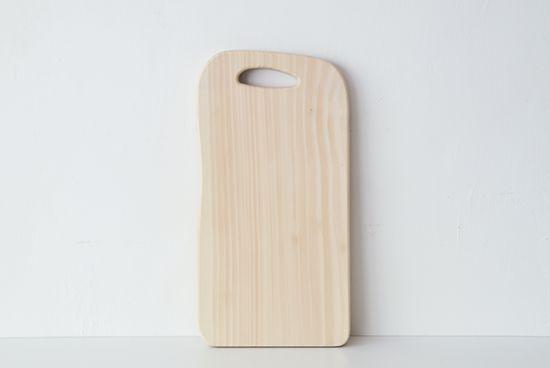 永く愛せる、いちょうの木のまな板「木と一緒にくらす。」をコンセプトにオリジナルの木製品をつくるwoodpeckerより、いちょうの木のまな板が新登場しました。いちょうの木で作られたまな板は、刃当たりがやさしく、水はけがよいことから、プロの料理人たちに昔から愛用されています。使い勝手が良く、おしゃれな道具は、いつまでも大切に使い続けたいですよね。こちらのまな板は、削り直しをしてくれるので、そんな願いも叶えてくれるアイテムですよ。庖丁をやさしく受け止めてくれる。いちょうの木は適度に軟らかいので、刃当たりがやさ
