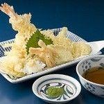 おか泉 - 天ぷら盛り合わせ : 揚げたてのエビ天2本と、各種野菜天の盛り合わせ。天つゆと抹茶塩をお付けいたします。専門店にも引けを取らない、本格的な天ぷらをお楽しみ下さい。