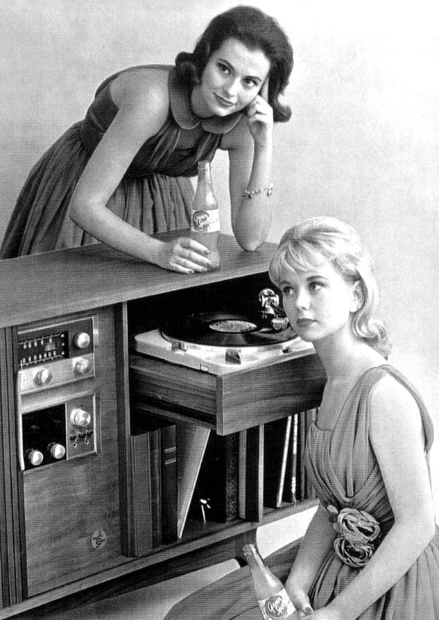 Nice mid 1960's set up.  Fine McIntosh MC 71 Tuner and McIntosh C-22 preamp along with the wonderful Thorens TD-124 turntable..
