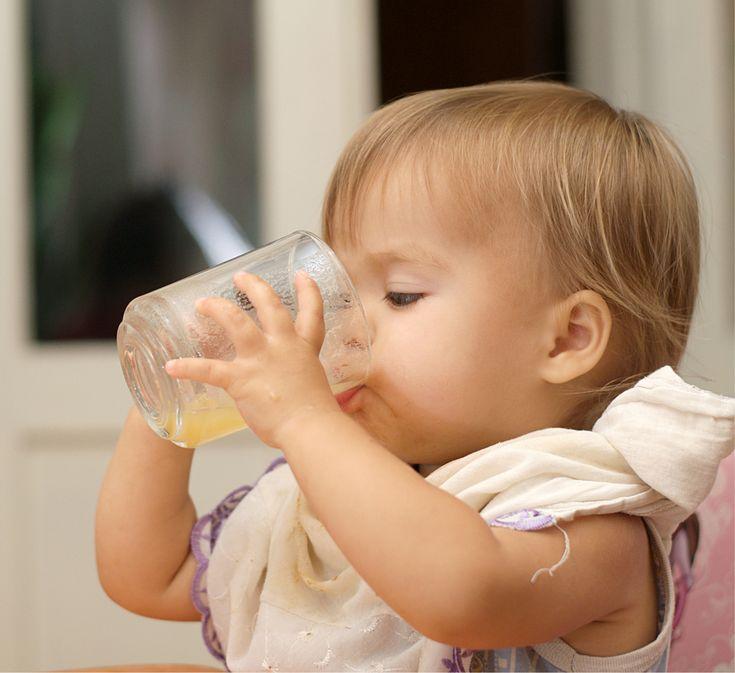 Uma das dúvidas mais comuns entre os pais de primeira viagem é se o bebê pode tomar suco. Algumas famílias têm o hábito de oferecer a bebida para crianças antes mesmo da introdução alimentar. Mas essa atitude é condenada pelos especialistas em pediatria, que reiteram a preocupação com o aumento das taxas de obesidade infantil e cáries, cada vez mais comuns em bebês.