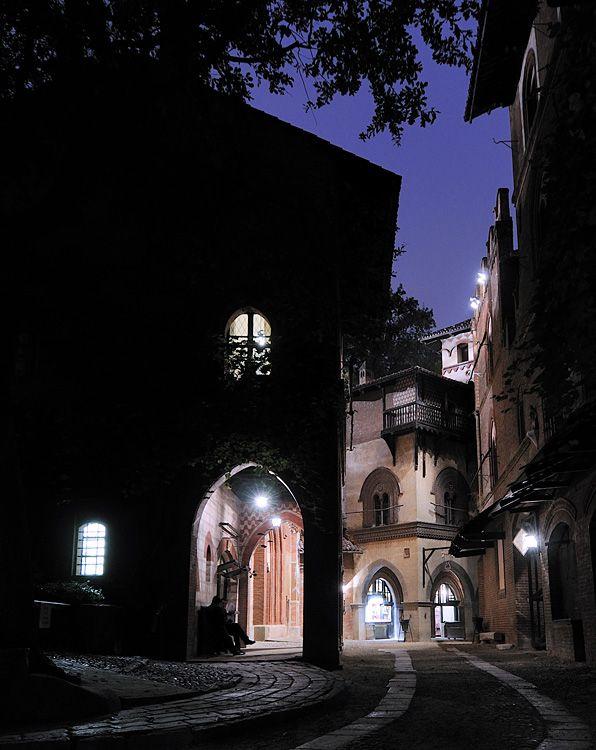 Torino notturna - Il Borgo medioevale -  by Fabrizio Zanelli