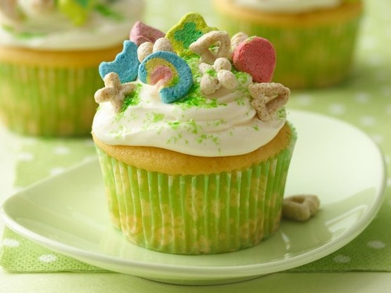 Lucky Charms cupcakes - I think the cake should be GREEN!