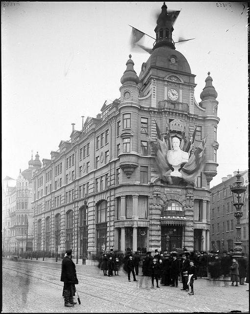 Stureplan 3 med Nordiska kompaniets hus under firandet av Oscar IIs 75-årsdag 1904. by BinJakob, via Flickr