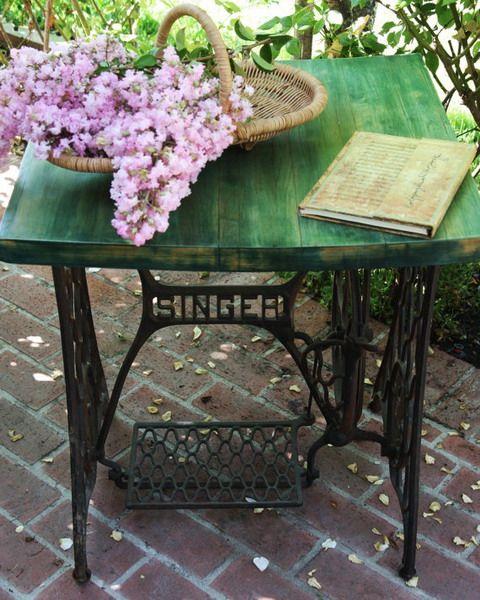 стол - самый простой вариант винтажной мебели из старой швейной машинки, смотрите 45 идей столов из старой швейной машины - от консольных до обеденных