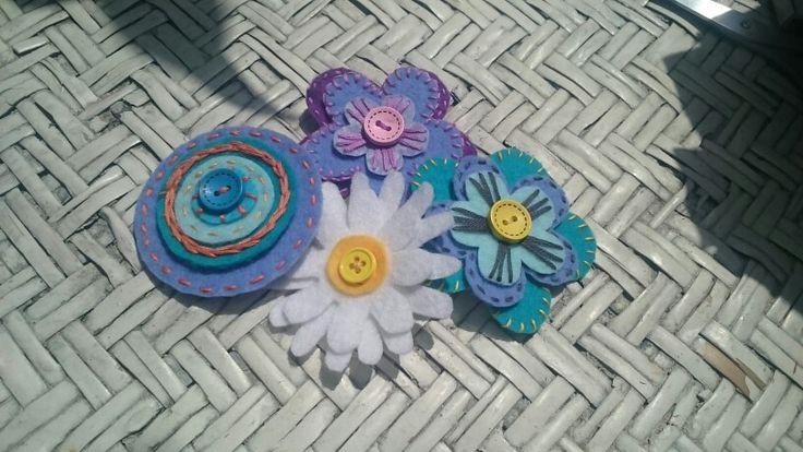 Virág kitűzők filcből!
