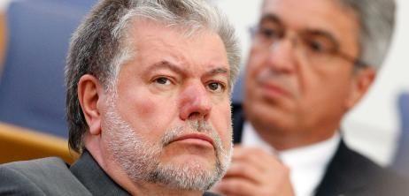 """Fehler bei der Nürburgring-Pleite räumt Kurt Beck zwar ein. Seinen Posten als rheinland-pfälzischer Regierungschef will er aber nicht räumen. Selbst wenn das Land durch das Projekt 200 Millionen Euro verlieren sollte, werde man """"nicht handlungsunfähig"""".  Kurt Beck zu Nürburgring-Debakel: """"Es tut mir mehr als nur leid"""" - SPIEGEL ONLINE - Nachrichten - Politik"""