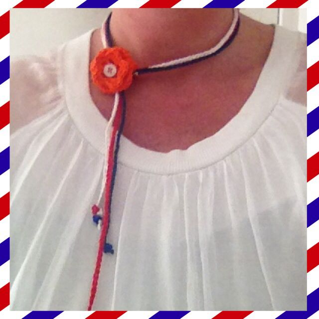 Koningsdag 2014 - Ketting haken - Free pattern: http://creativeyarn.blogspot.com/2008/08/white-flower-necklace.html?m=1