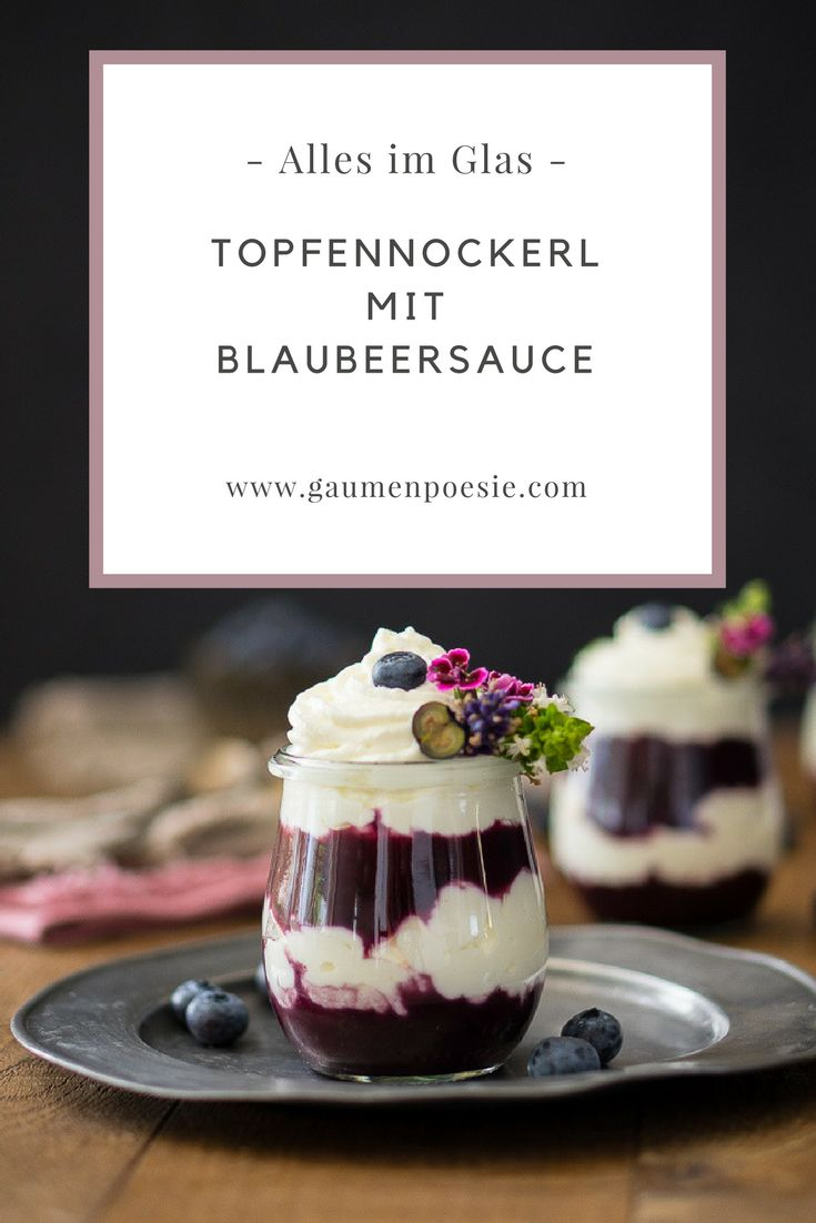 Topfennockerl mit Blaubersauce im Glas. Ein luftig-leichtes Dessert, das gut vorzubereiten ist und einfach köstlich schmeckt.